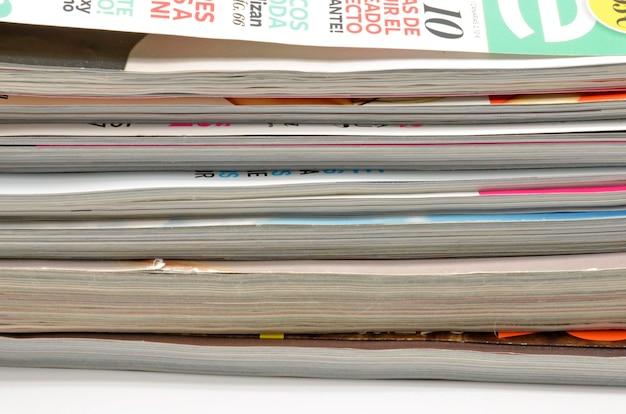 Detalhe de revistas de moda empilhadas