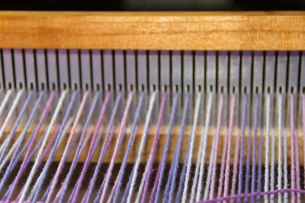 Detalhe de tecido em pente tear com cores ultravioleta e lilás