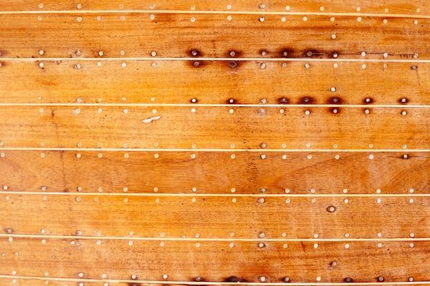 Detalhe de textura de casco de barco de madeira com massa de calafetagem
