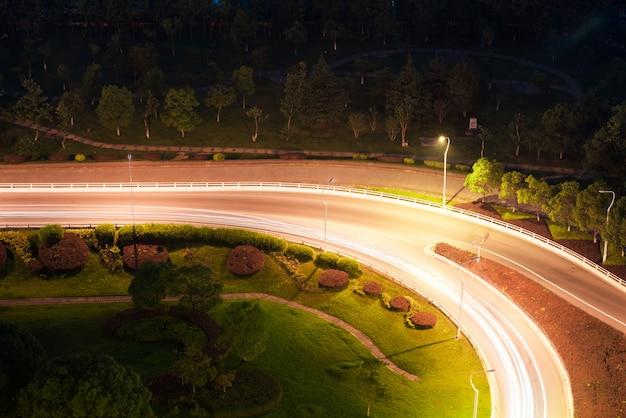 Detalhe de tráfego na passagem superior de chongqing caiyuanba, imagem tonificada azul.