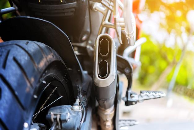 Detalhe de tubulações de exaustão de uma motocicleta, foco seletivo de motor da motocicleta.