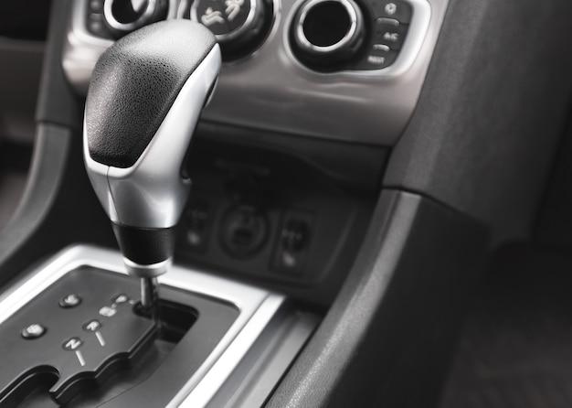Detalhe de um câmbio automático em um carro novo e moderno