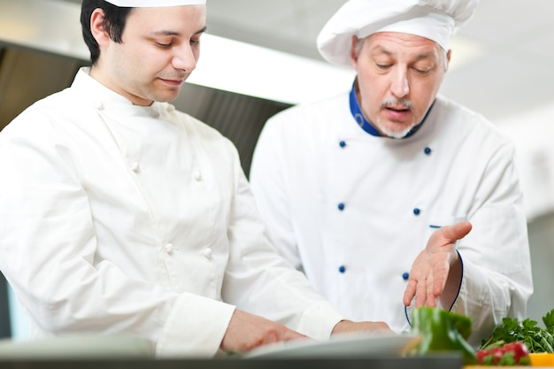 Detalhe de um chef no trabalho em sua cozinha
