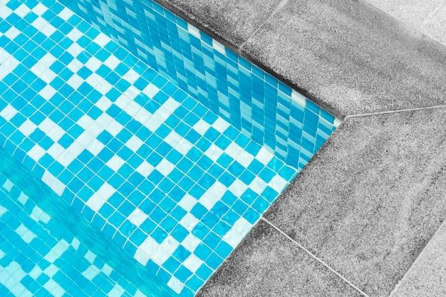 Detalhe de um close da piscina geometria abstrata do degrau da piscina feito de mosaico azul