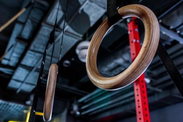 Detalhe de um conjunto de anéis, ou anéis fixos, em um ginásio