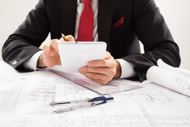 Detalhe, de, um, engenheiro, usando, um, tablete digital