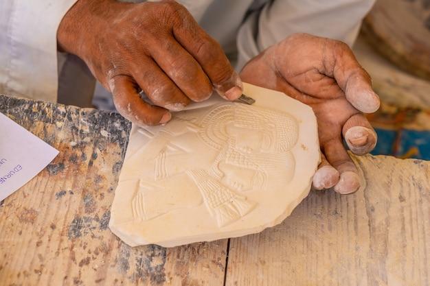 Detalhe de um escultor de figuras de alabastro em luxor. egito