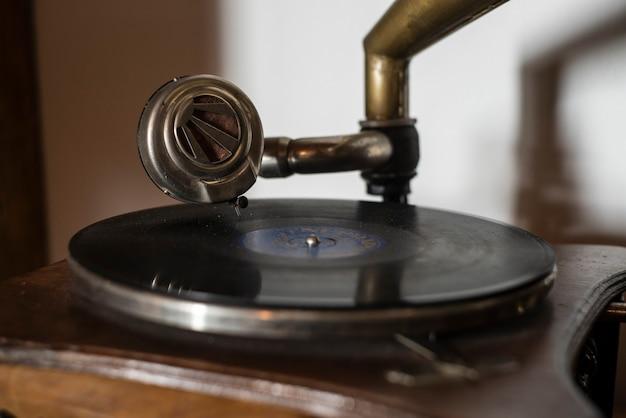 Detalhe de um gramofone durante a reprodução de um disco