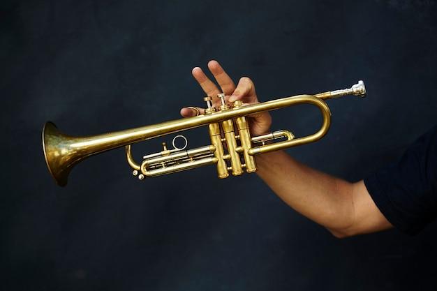 Detalhe de um instrumento de trompete de metal