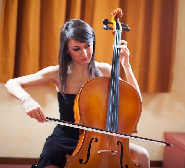 Detalhe, de, um, mulher, jogando um violoncelo
