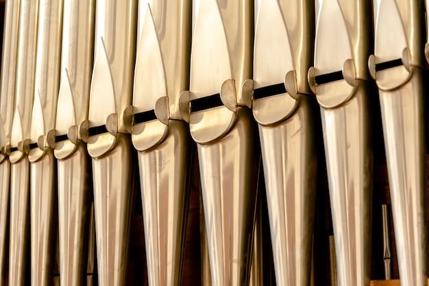 Detalhe de um órgão na catedral de bari para tocar peças de música durante as celebrações religiosas.