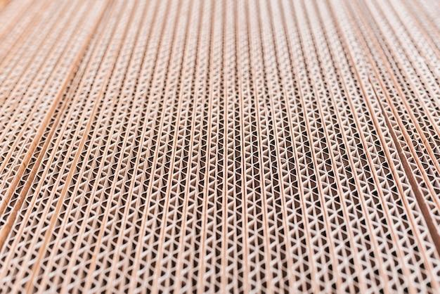 Detalhe de um papelão ondulado empilhado em folhas.