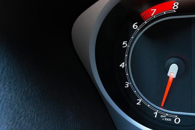 Detalhe de um tacômetro em um carro perto com espaço de cópia