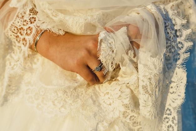 Detalhe de um vestido de casamento branco e elegante.