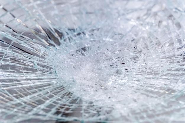 Detalhe de um vidro quebrado de uma janela.