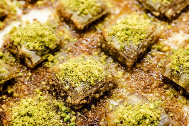 Detalhe de uma bandeja completamente da sobremesa turca deliciosa e doce do baklava.