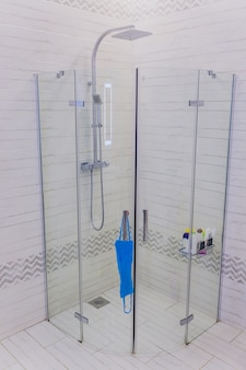 Detalhe de uma cabine de chuveiro de vidro moderna.