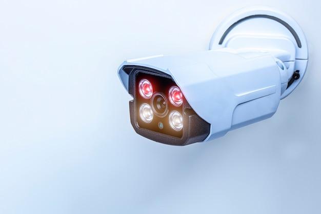 Detalhe de uma câmera de vigilância com tecnologia infravermelha