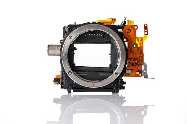 Detalhe de uma câmera moderna em um branco.