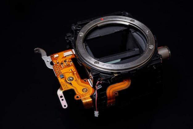 Detalhe de uma câmera moderna em um preto.