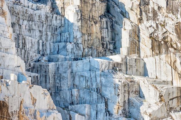 Detalhe de uma face de pedra de pedreira de mármore italiano