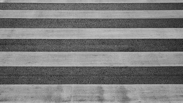 Detalhe de uma faixa de pedestres na estrada de asfalto