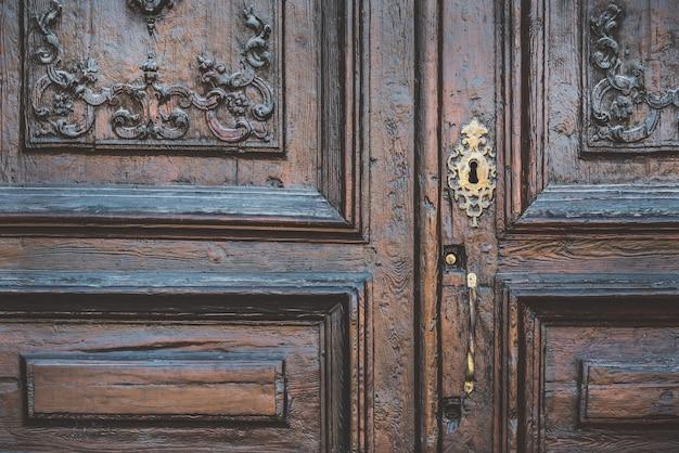 Detalhe de uma porta de madeira entalhada em estilo neoclássico