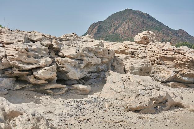 Detalhe de uma rocha calcária com seus riachos formando um panorama costeiro do sul da sardenha
