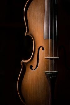 Detalhe de violino artesanal em uma superfície preta
