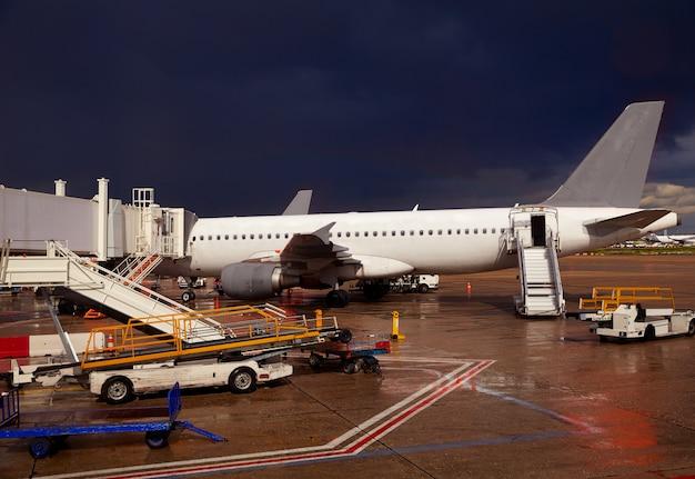 Detalhe do aeroporto em uma noite tempestuosa