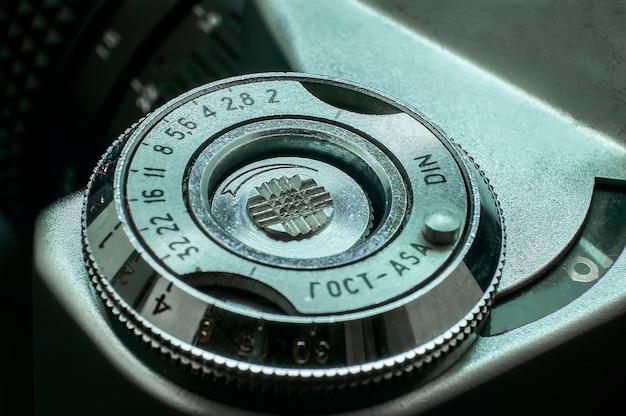 Detalhe do anel iso regimento em uma antiga câmera vintage dos anos 70.