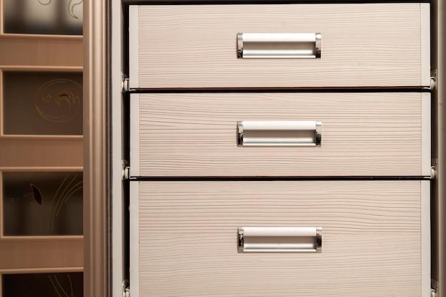 Detalhe do armário de móveis de madeira com gavetas