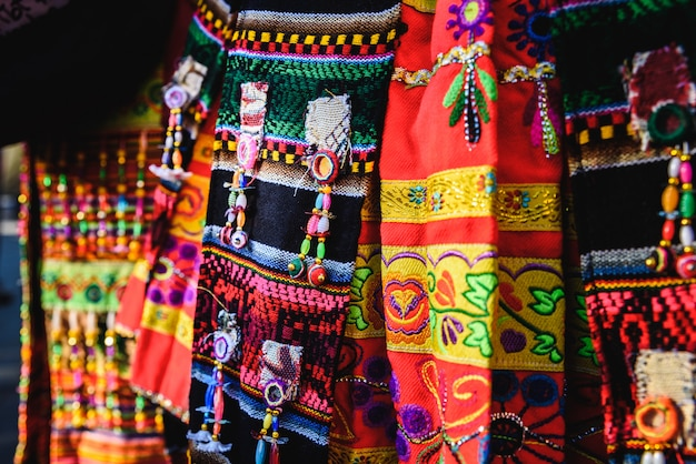 Detalhe do bordado colorido de um traje típico do folclore andino da bolívia para dançar o tinku.