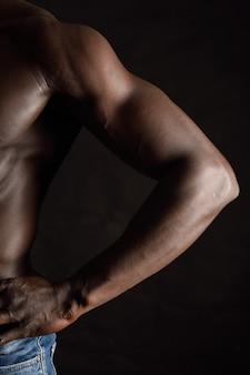 Detalhe do braço de um homem africano