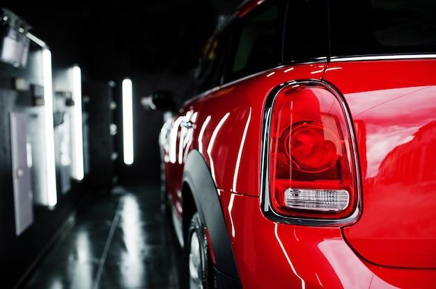 Detalhe do carro, nova luz de freio traseiro led luz traseira em automóvel vermelho