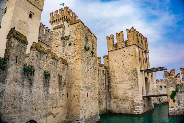 Detalhe do castello scaligero di sirmione (castelo de sirmione), do século 14 no lago garda, sirmione, itália