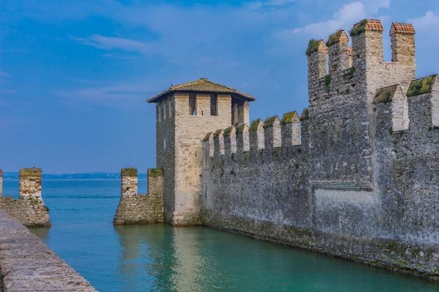 Detalhe do castello scaligero di sirmione (castelo de sirmione), itália