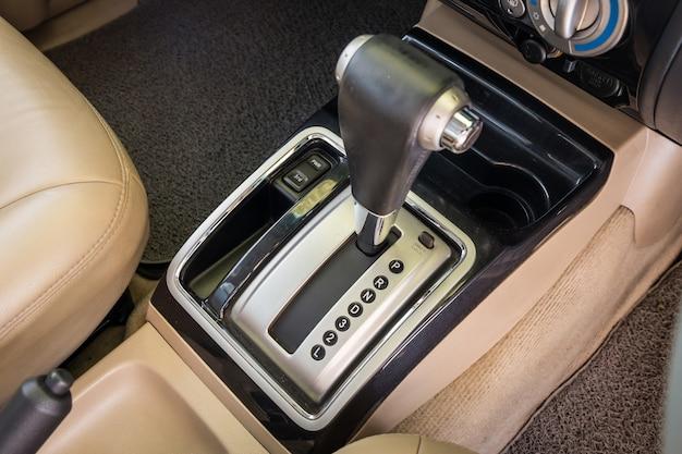 Detalhe do close up de interior moderno do carro. foco de seleção do carro de transmissão automática