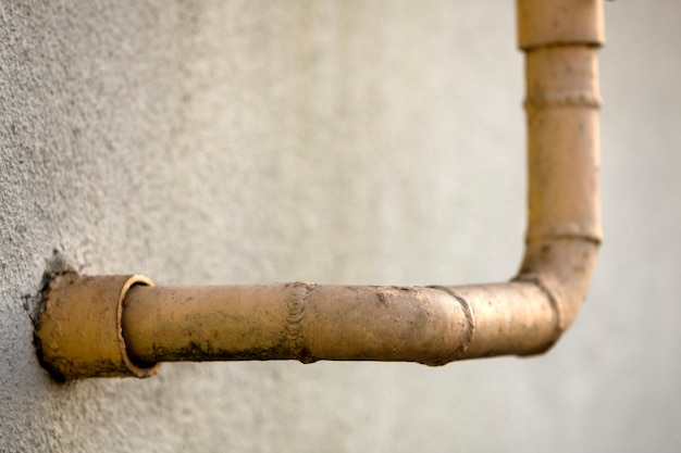 Detalhe do close-up de velhos tubos de gás natural amarelo pintado sujo com costuras de solda