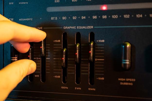Detalhe do controlador de volume e equalizador em um equipamento estéreo antigo