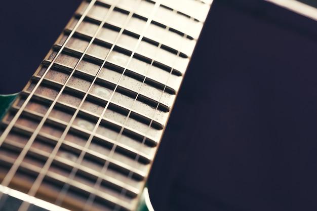 Detalhe do corpo e pescoço da guitarra elétrica na superfície de madeira