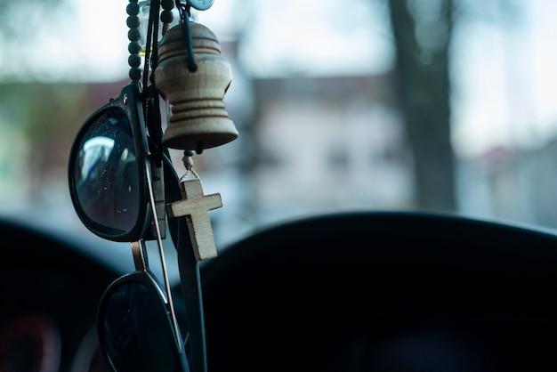 Detalhe do crucifixo pendurado no espelho do carro
