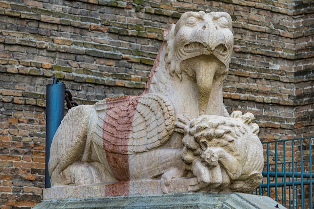 Detalhe do grifo na entrada da basílica de santa justina, pádua, itália