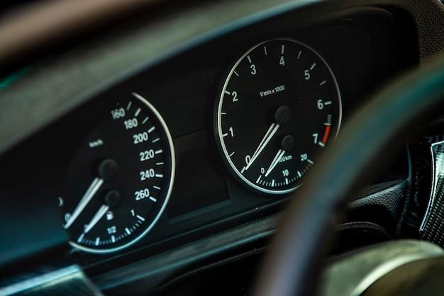 Detalhe do hodômetro do carro com foto de foco seletivo