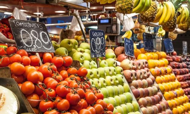 Detalhe do interior colorido de um mercado de frutas, preços em euros