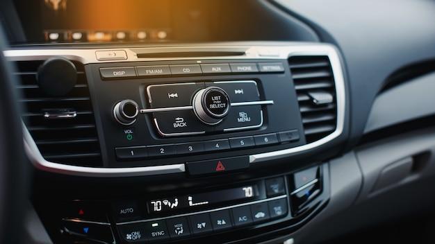 Detalhe do interior do carro controles de áudio de navegação multimídia