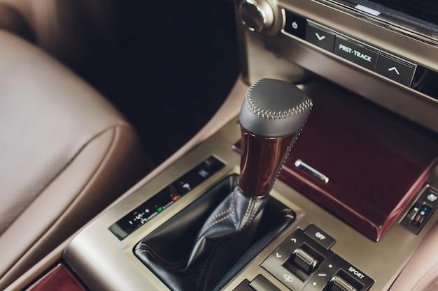 Detalhe do interior do carro moderno, alavanca de câmbio, transmissão automática em carro caro.