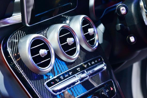 Detalhe do interior do carro novo e moderno, foco no condicionador de ar.