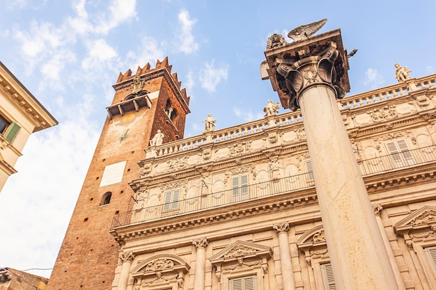 Detalhe do leão de são marcos na piazza delle erbe, em verona, itália