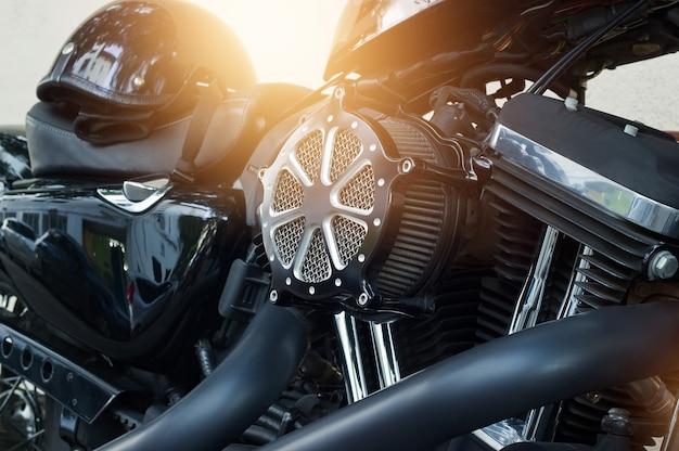 Detalhe do motor da motocicleta no fundo da rua
